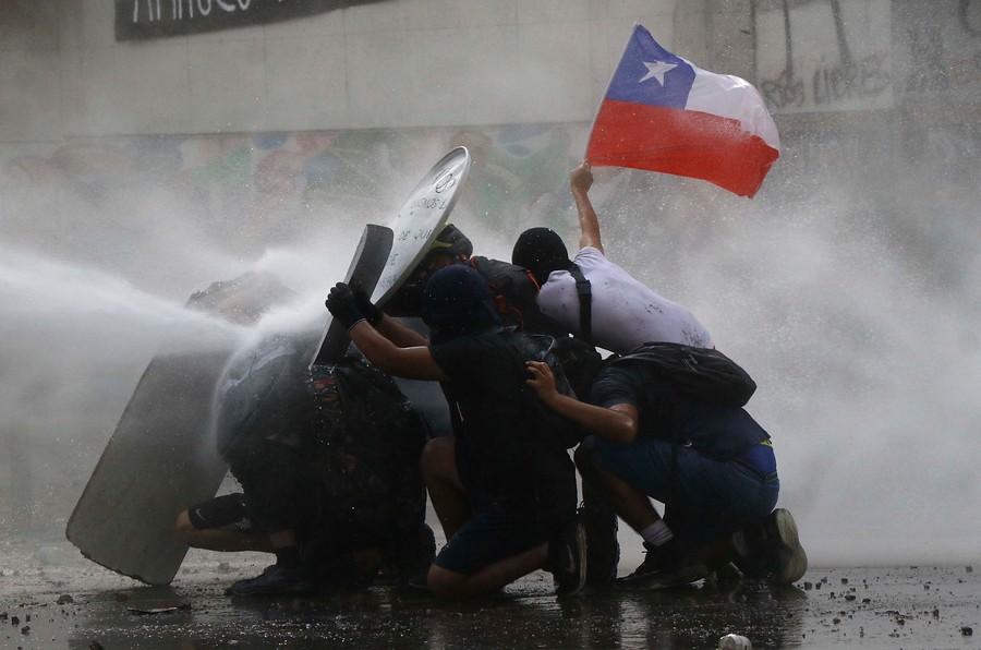 «La Primera Línea y todas las Líneas del levantamiento social en Plaza de la Dignidad». columna de Roberto Fernández para Radio Universidad de Chile