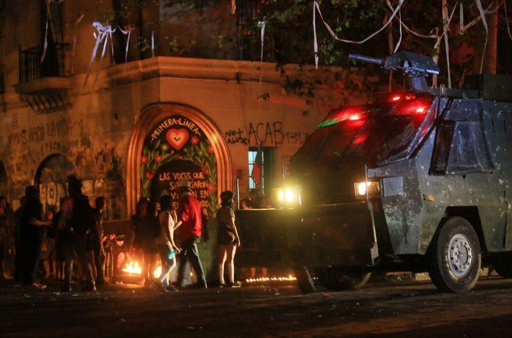 «El castigo como estrategia para impedir el legítimo derecho a la manifestación en el espacio público», columna de Roberto Fernández para El Desconcierto