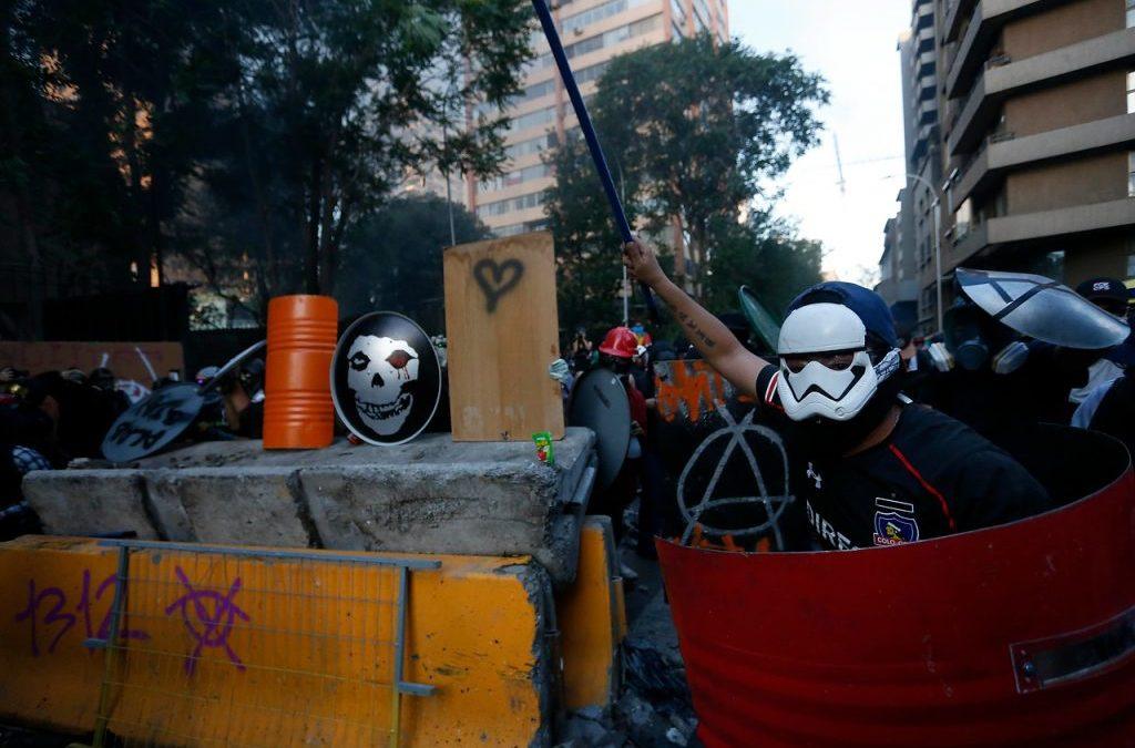 «Nuevas violencias resistentes frente al Chile neoliberal», columna de Isabel Piper para El Desconcierto